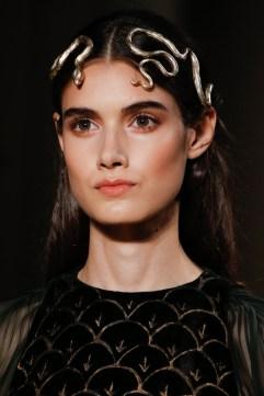 발렌티노 - 빛나는 피부에 하이라이터와 컨투어링으로 윤곽을 살리고, 눈매를 또렷하게 살려주는 것으로 완벽한 자연스러운 메이크업룩을 선보였다.