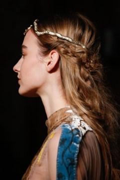 발렌티노 - 모델들은 각각 특별 제작된 하루미 클로소브스키의 뱀모양의 헤드피스를 걸쳐 헤어룩을 완성하였다.